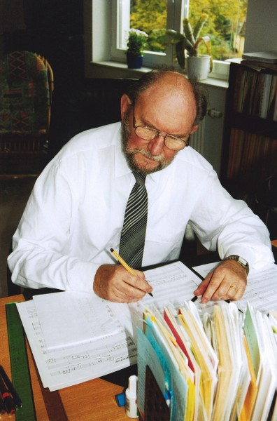 Lothar Graap composing (photo by Annelie Goethe)